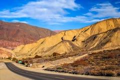 Δρόμος μέσω Quebrada de Humahuaca Mountains Στοκ εικόνα με δικαίωμα ελεύθερης χρήσης