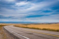 Δρόμος μεταξύ του αγρότη fileds Στοκ φωτογραφία με δικαίωμα ελεύθερης χρήσης