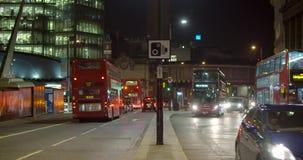 Δρόμος με έντονη κίνηση τη νύχτα στο Λονδίνο απόθεμα βίντεο