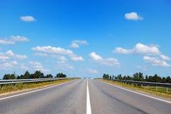 Δρόμος με δύο αυτοκίνητα που ακολουθούν την αντίθετη κατεύθυνση Στοκ φωτογραφίες με δικαίωμα ελεύθερης χρήσης