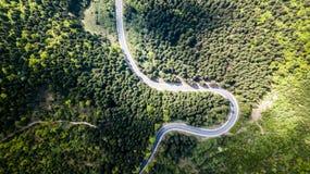 Δρόμος με πολλ'ες στροφές από μέσω του περάσματος υψηλών βουνών Στοκ Εικόνες