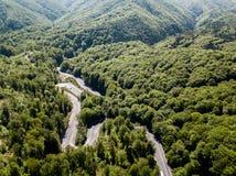 Δρόμος με πολλ'ες στροφές από μέσω του περάσματος υψηλών βουνών Στοκ φωτογραφίες με δικαίωμα ελεύθερης χρήσης