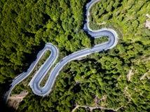 Δρόμος με πολλ'ες στροφές από μέσω του περάσματος υψηλών βουνών Στοκ εικόνες με δικαίωμα ελεύθερης χρήσης