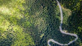 Δρόμος με πολλ'ες στροφές από μέσω του περάσματος υψηλών βουνών Στοκ φωτογραφία με δικαίωμα ελεύθερης χρήσης