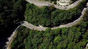 Δρόμος με πολλ'ες στροφές από το πέρασμα υψηλών βουνών στη νότια Ρωσία ( απόθεμα βίντεο