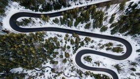Δρόμος με πολλ'ες στροφές από το πέρασμα υψηλών βουνών, στο χειμώνα Εναέρια άποψη από τον κηφήνα Στοκ Εικόνα