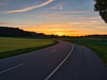 Δρόμος με πολλ'ες στροφές κατά τη διάρκεια της χρυσής ώρας στοκ εικόνα με δικαίωμα ελεύθερης χρήσης