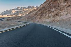 Δρόμος με πολλ'ες στροφές μέσω των γυμνών βουνών Στοκ Εικόνες