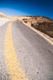 Δρόμος με πολλ'ες στροφές στην έρημο στοκ εικόνες
