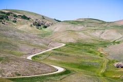 Δρόμος με πολλ'ες στροφές στους όμορφους λόφους και τις κοιλάδες της περιοχής κόλπων του ανατολικού Σαν Φρανσίσκο στοκ εικόνα