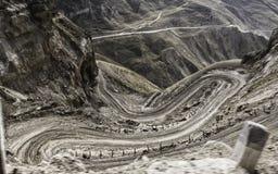 Δρόμος με πολλ'ες στροφές στο πέρασμα βουνών Στοκ εικόνα με δικαίωμα ελεύθερης χρήσης