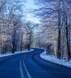 Δρόμος με πολλ'ες στροφές το χειμώνα στοκ φωτογραφία με δικαίωμα ελεύθερης χρήσης