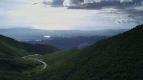 Δρόμος με πολλ'ες στροφές βουνών με τον όμορφο ουρανό απόθεμα βίντεο
