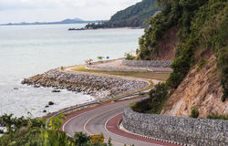 Δρόμος με πολλ'ες στροφές κατά μήκος της παραλίας στοκ φωτογραφία