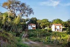Δρόμος με τα αποικιακά σπίτια σε Barichara, Κολομβία στοκ φωτογραφίες