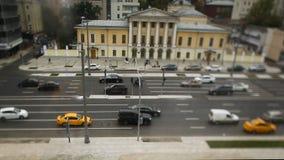 Δρόμος με τα αυτοκίνητα στη βιασύνη κυκλοφορίας footage Κυκλοφοριακή συμφόρηση θαμπάδων με το φως bokeh, υπόβαθρο μεταφορών τα αυ Στοκ εικόνα με δικαίωμα ελεύθερης χρήσης