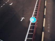 Δρόμος με τα βέλη που χρωματίζονται σε το Στοκ φωτογραφίες με δικαίωμα ελεύθερης χρήσης