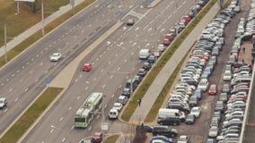Δρόμος με την κυκλοφορία αυτοκινήτων car parking Timelapse απόθεμα βίντεο