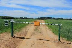 Δρόμος με την ξύλινη πύλη εμποδίων Στοκ εικόνες με δικαίωμα ελεύθερης χρήσης