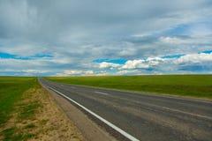 Δρόμος με τον πράσινο τομέα α στοκ φωτογραφία με δικαίωμα ελεύθερης χρήσης