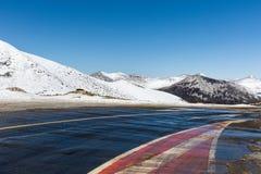 Δρόμος με το βουνό χιονιού Στοκ φωτογραφίες με δικαίωμα ελεύθερης χρήσης