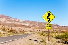Δρόμος με το κίτρινο σημάδι βελών στην έρημο, Καλιφόρνια Στοκ εικόνα με δικαίωμα ελεύθερης χρήσης