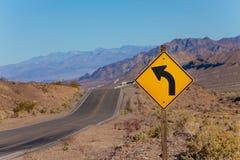 Δρόμος με το κυρτό κίτρινο σημάδι βελών, Ηνωμένες Πολιτείες Στοκ Φωτογραφίες