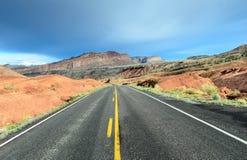 Δρόμος μπροστά - εθνικό πάρκο σκοπέλων Capitol στοκ εικόνες με δικαίωμα ελεύθερης χρήσης