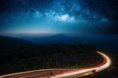 Δρόμος νύχτας που φωτίζεται Στοκ Φωτογραφίες