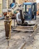 Δρόμος οχημάτων κομπρεσέρ που ξαναέρχεται στην επιφάνεια την εμφάνιση οδικής εργασίας Στοκ Εικόνες