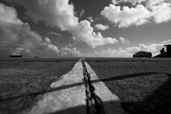 Δρόμος πίσσας Traight που οδηγεί μακριά στον ορίζοντα Στοκ εικόνες με δικαίωμα ελεύθερης χρήσης