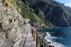 Δρόμος πεζοπορίας στη δύσκολη ακτή της πόλης Riomaggiore στο εθνικό πάρκο Cinque Terre, Ιταλία Στοκ Εικόνα