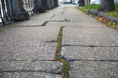 Δρόμος πετρών Cobbled που παρουσιάζεται σε μια μικρή γωνία στην Πετρούπολη Στοκ φωτογραφία με δικαίωμα ελεύθερης χρήσης