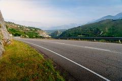 Δρόμος που αυξάνεται μέσω ενός ορεινού Στοκ Εικόνες
