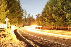 Δρόμος στο σκοτεινό δάσος στοκ εικόνα με δικαίωμα ελεύθερης χρήσης
