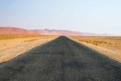 Δρόμος που διασχίζει την έρημο Namib, στο θαυμάσιο εθνικό πάρκο Namib Naukluft, προορισμός ταξιδιού στη Ναμίμπια, Αφρική Πρωί lig Στοκ εικόνες με δικαίωμα ελεύθερης χρήσης