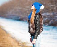 Δρόμος που κάνει ωτοστόπ, σακάκι γουνών, μισό ύψος Στοκ εικόνα με δικαίωμα ελεύθερης χρήσης