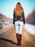 Δρόμος που κάνει ωτοστόπ, σακάκι γουνών, πλήρες ύψος, πλάτη Στοκ εικόνα με δικαίωμα ελεύθερης χρήσης