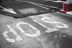 Δρόμος που μαρκάρει με τη βρώμικη ετικέτα στάσεων Στοκ φωτογραφίες με δικαίωμα ελεύθερης χρήσης