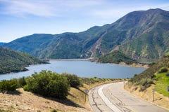 Δρόμος που οδηγεί στη λίμνη πυραμίδων όπως βλέπει από Vista del Lago την περιοχή υπολοίπου σε I5, Κομητεία του Λος Άντζελες, Καλι στοκ φωτογραφίες