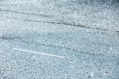Δρόμος πόλεων που πλημμυρίζουν κατά τη διάρκεια της δυνατής βροχής σταγόνες βροχής στις λακκούβες νερού Στοκ εικόνα με δικαίωμα ελεύθερης χρήσης