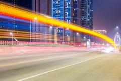Δρόμος πόλεων τη νύχτα με τα δραματικά ελαφριά ίχνη Στοκ Εικόνες