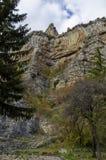 Δρόμος πλησίον από τους θαυμάσιους βράχους Lakatnik στο πλήρες ύψος, defile ποταμών Iskar Στοκ φωτογραφία με δικαίωμα ελεύθερης χρήσης