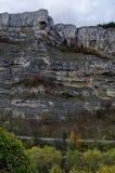 Δρόμος πλησίον από τους θαυμάσιους βράχους Lakatnik στο πλήρες ύψος, defile ποταμών Iskar Στοκ Εικόνες