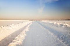Δρόμος σε ένα πεδίο. χειμώνας Στοκ φωτογραφία με δικαίωμα ελεύθερης χρήσης