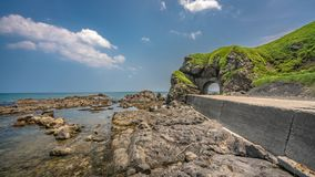 Δρόμος σηράγγων με την άποψη θάλασσας στοκ φωτογραφίες με δικαίωμα ελεύθερης χρήσης