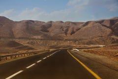 Δρόμος στα βουνά ερήμων Στοκ Εικόνες