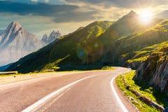 Δρόμος στα βουνά με τη δύσκολη κορυφογραμμή στο ηλιοβασίλεμα στοκ εικόνα με δικαίωμα ελεύθερης χρήσης