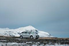 Δρόμος στα βουνά με το άσπρο αυτοκίνητο ταξιδιού Ισλανδία Στοκ Φωτογραφίες