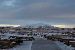 Δρόμος στα κρύα βουνά της Ισλανδίας Στοκ Φωτογραφία